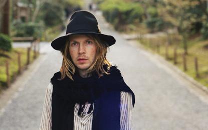 Beck apre il proprio concerto a Detroit dopo che la band di supporto gli dà buca