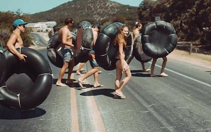 Tuffi, tramonti, quad e gazzelle nel nuovo video di Left Hand Free degli Alt-J