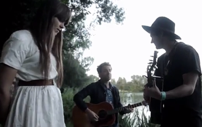Guarda Conor Oberst cantare Lua insieme alle First Aid Kit e al chitarrista dei Dawes