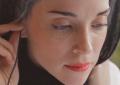 St. Vincent sfidata a indovinare le canzoni dei suoi artisti preferiti, guarda il video