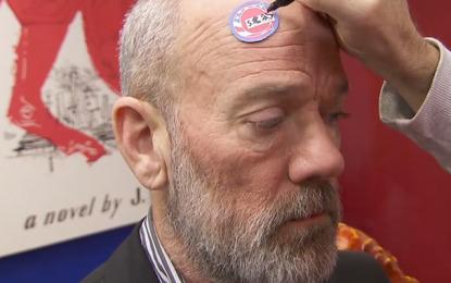 Stephen Colbert vende Michael Stipe dei R.E.M. per un quarto di dollaro al Colbert Report