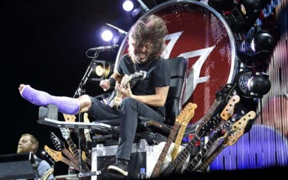 I Foo Fighters suonano Seven Nation Army con il chirurgo di Dave Grohl