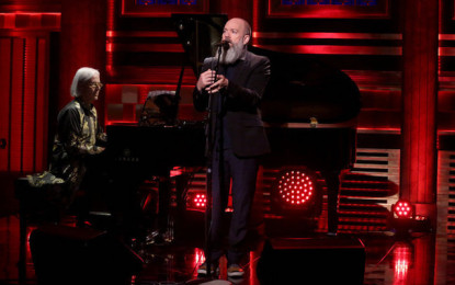 Michael Stipe canta The Man Who Sold the World di Bowie al Tonight Show