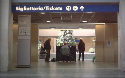 Esclusiva: Guarda Ben Seretan suonare un inedito in stazione a Torino