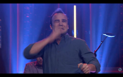 Samuel T. Herring (Future Islands) si prende a schiaffi da Jimmy Fallon