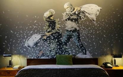 Trent Reznor, Massive Attack, Flea per l'hotel di Banksy
