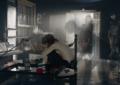Charlotte Gainsbourg esplora la casa del padre Serge nel nuovo video