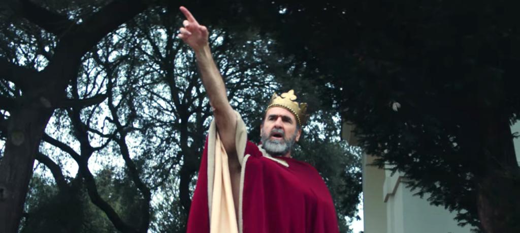 eric cantona the king con Liam Gallagher nel video musicale di Once